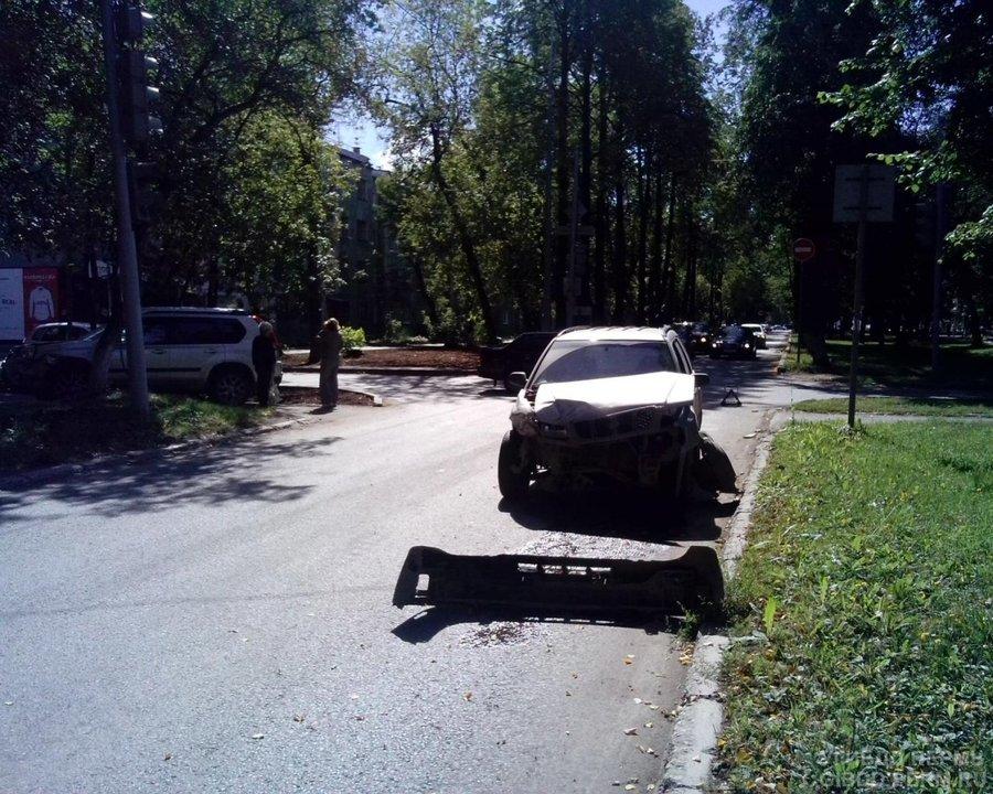 В Перми Субару не уступил дорогу Ниссану - фото 1