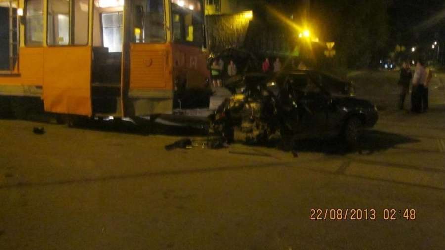 В Перми в столкновении двух автомобилей и трамвая два человека погибли, трое ранены