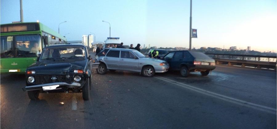 В Перми на Коммунальном мосту произошло ДТП с участием 4 машин - фото 1