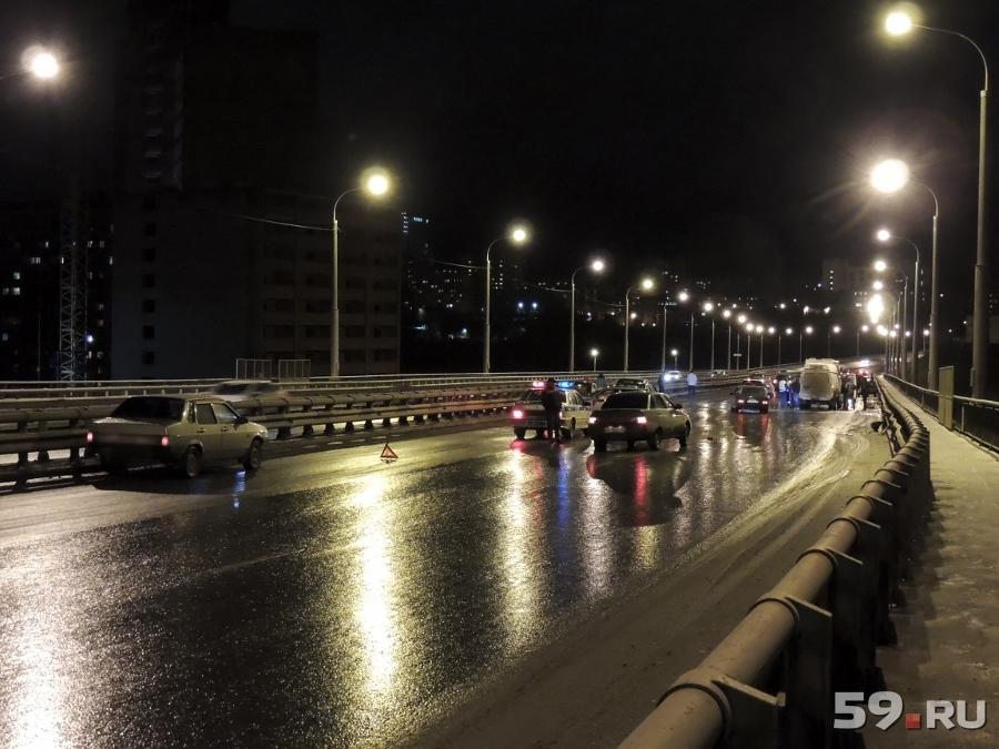Вечером в Перми на Стахановской дамбе произошло массовое ДТП