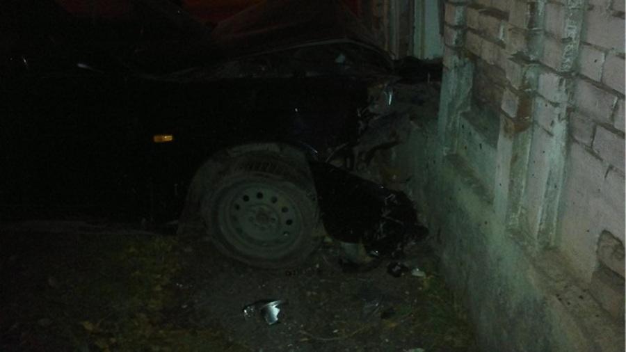 В Кунгуре Приора врезалась в жилой дом, двое пострадавших - фото 1