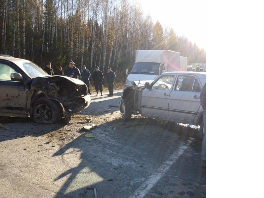 На трассе Пермь - Екатеринбург Волга столкнулась с Ландкрузером