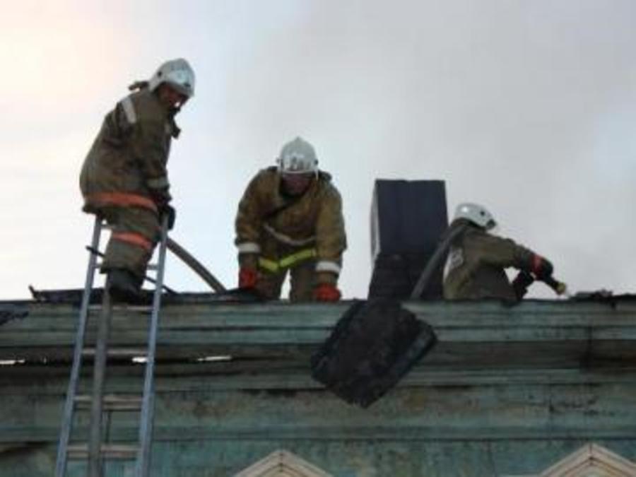 В Пермском крае работник полиции спас из горящего дома старушку - фото 1