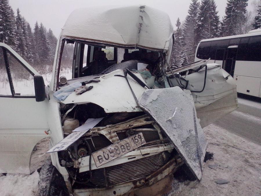 Четыре человека пострадали в столкновении двух автобусов и внедорожника