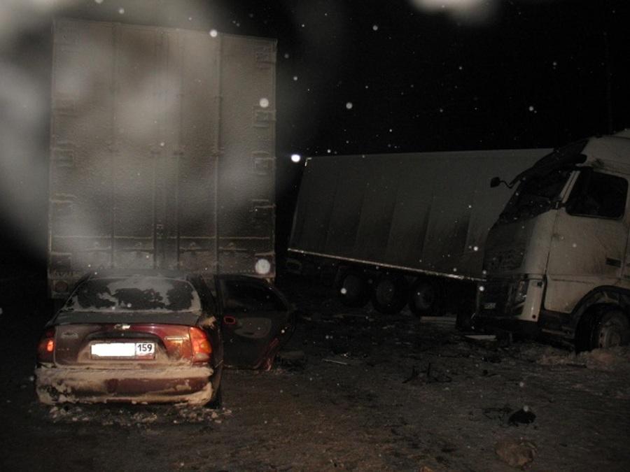 В Нытвенском районе Шевроле Ланос залетел под КАМАЗ, пассажир погиб - фото 1