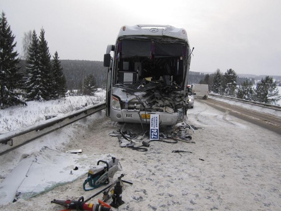 В Очерском районе водитель рейсового автобуса врезался в фуру и погиб