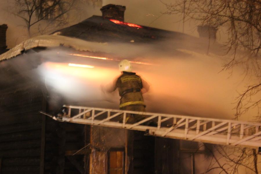 В Перми сегодня сгорел жилой дом, погорельцев разместят в школе - фото 1