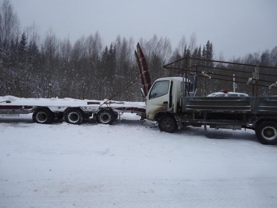 На трассе Пермь — Березники столкнулись три грузовика - фото 2