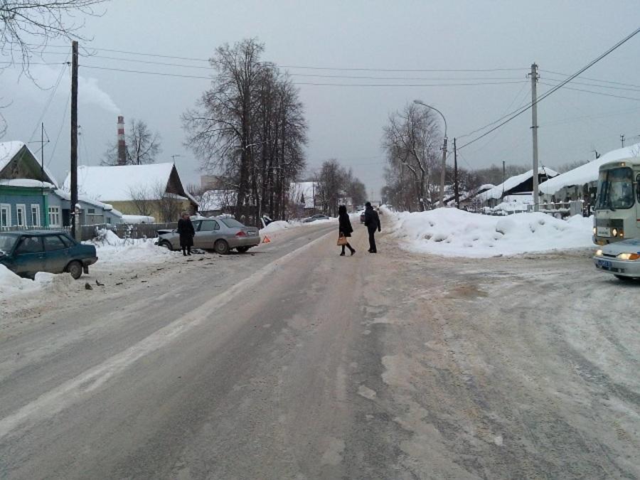 В Перми в столкновении ВАЗа и Лансера тяжелые травмы получил 6-месячный ребенок