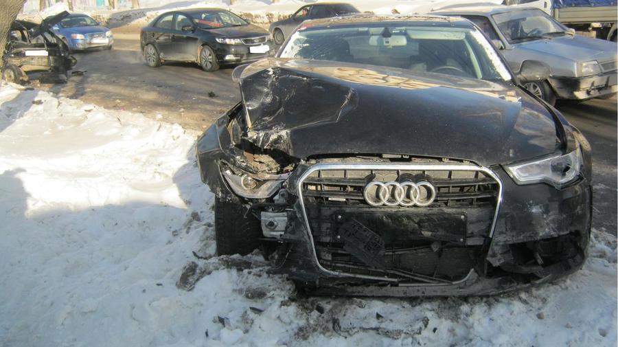 В Перми в столкновении трех машин пострадали две девочки - фото 1