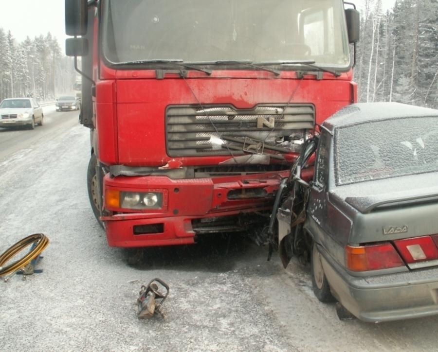 В Краснокамском районе в лобовом столкновении с фурой погиб водитель ВАЗа