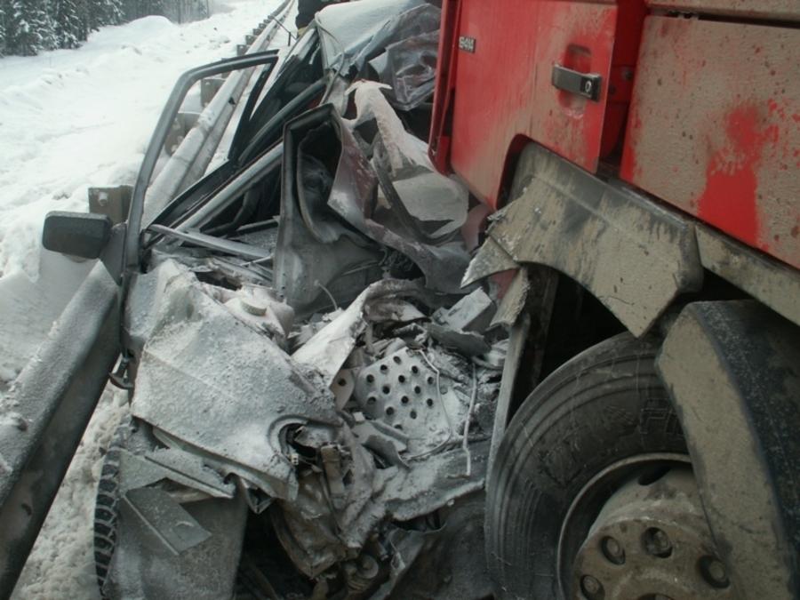 В Краснокамском районе в лобовом столкновении с фурой погиб водитель ВАЗа - фото 2