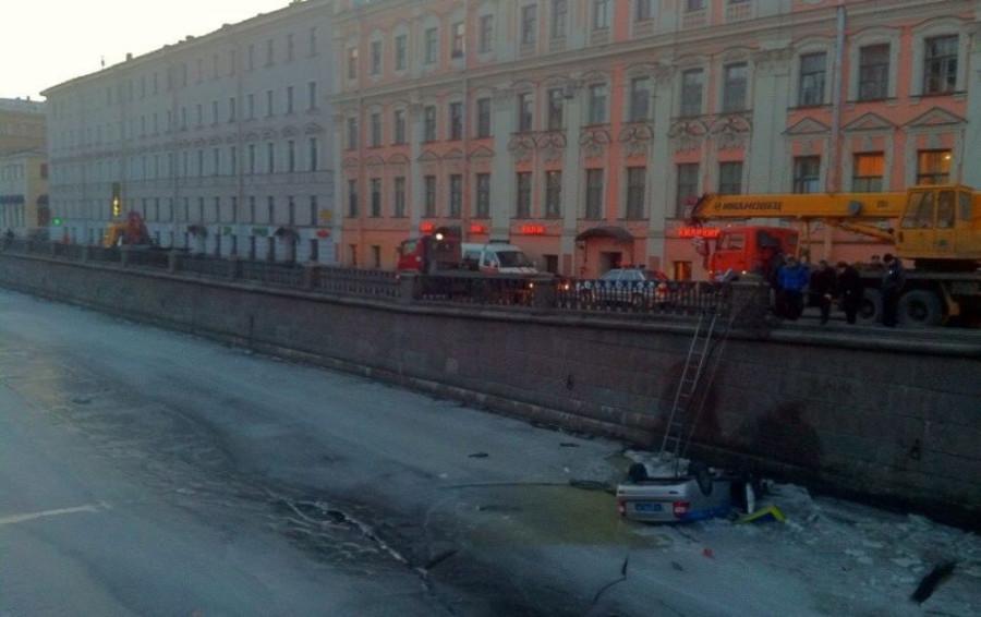 В Петербурге автобус столкнул патрульный автомобиль в канал и скрылся