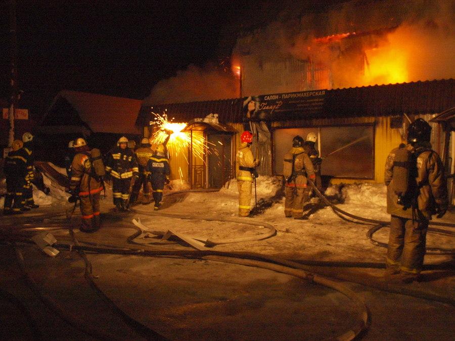 В Перми сегодня ночью горели магазин и офисы - фото 1