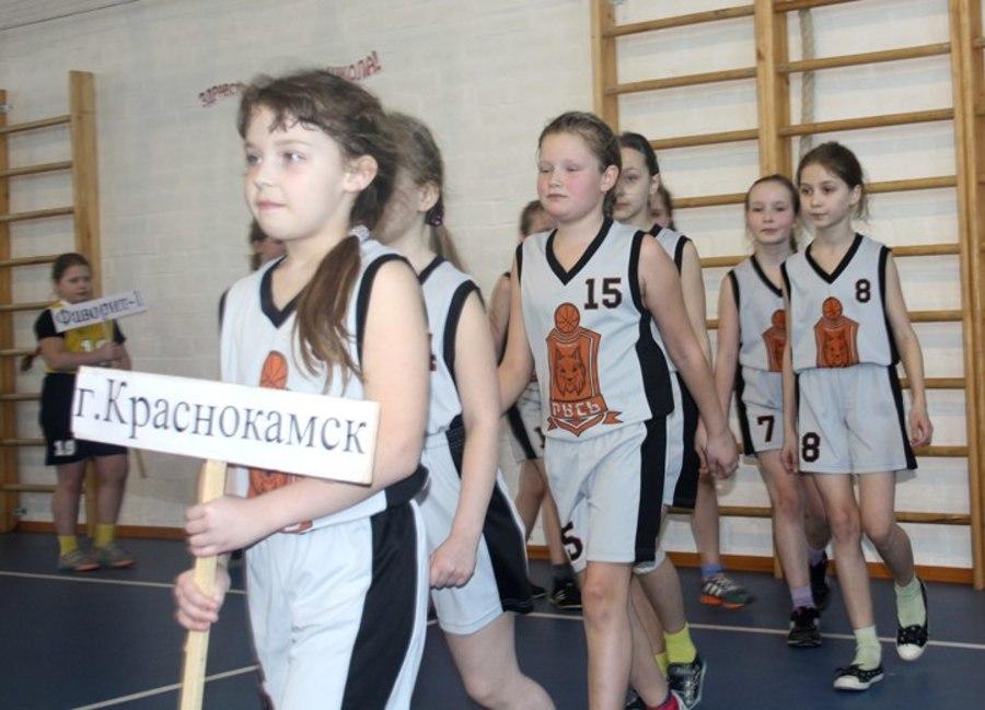 В Перми маленькие девочки сражались на баскетбольной площадке - фото 1