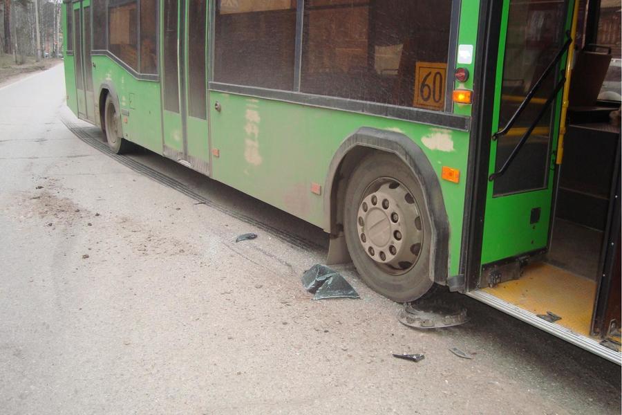 В Перми в столкновении автобуса с Лансером пострадали два человека - фото 1