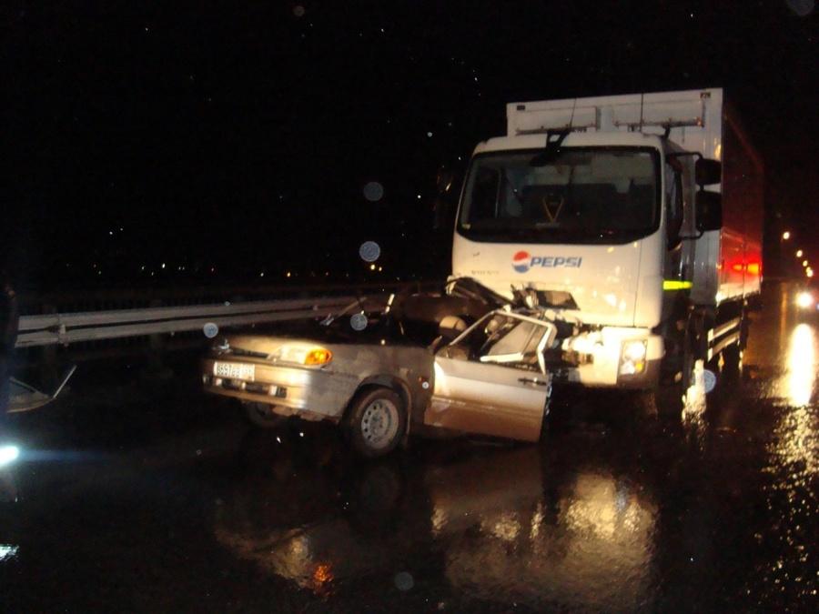 В Перми пьяный водитель грузовика смял легковушку - фото 1