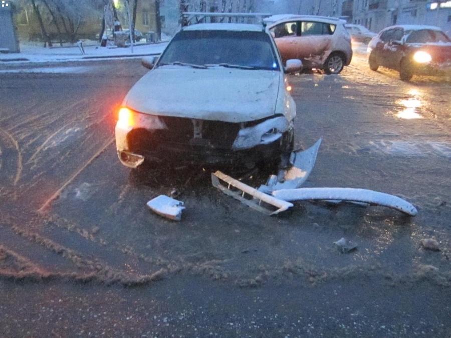 В Перми в столкновении трех автомобилей пострадала девочка - фото 1