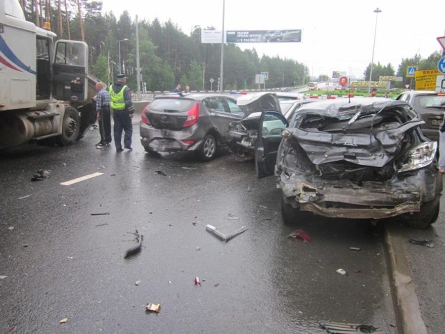 Сегодня в Перми на Якутской столкнулись 6 автомобилей