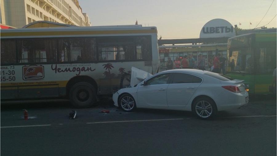 В Перми водитель Опеля подбил сразу два автобуса