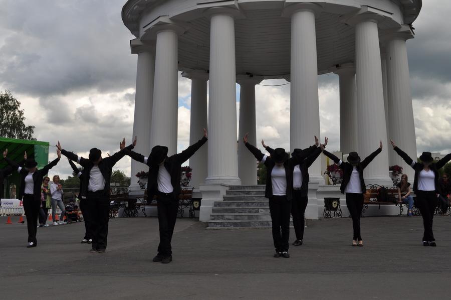 Пермяки устроили флешмоб памяти Майкла Джексона. - фото 5