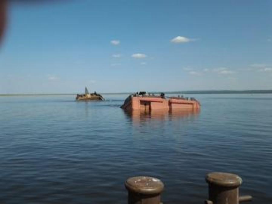В Пермском крае у шлюзов Воткинского водохранилища затонула баржа с солью - фото 1