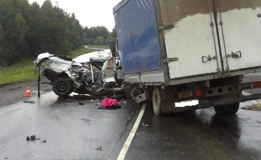 В Кунгурском районе Ниссан столкнулся с грузовиком, двое погибших - фото 1