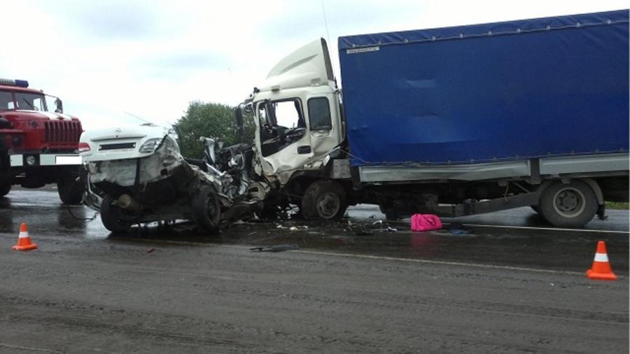 В Кунгурском районе Ниссан столкнулся с грузовиком, двое погибших - фото 2