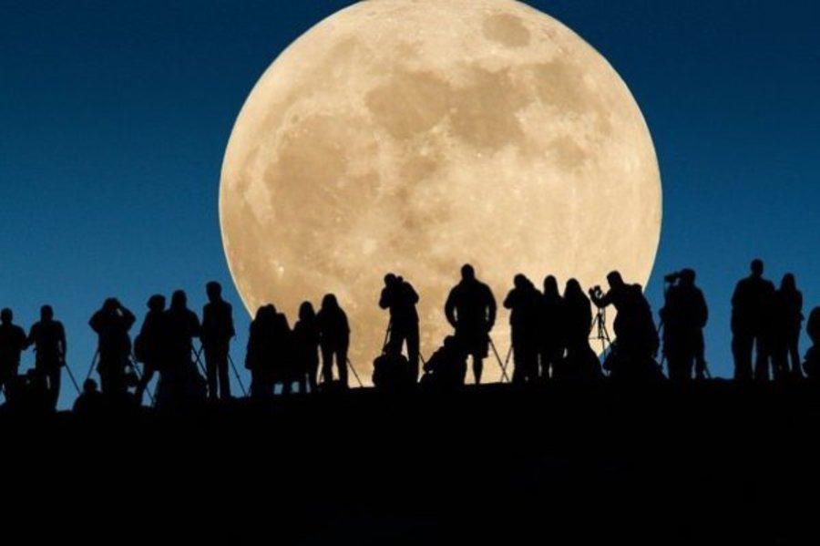 Завтра Луна станет огромным пылающим шаром