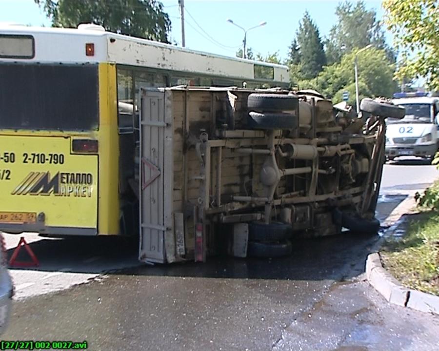 В Перми маршрутный автобус столкнулся с Газелью