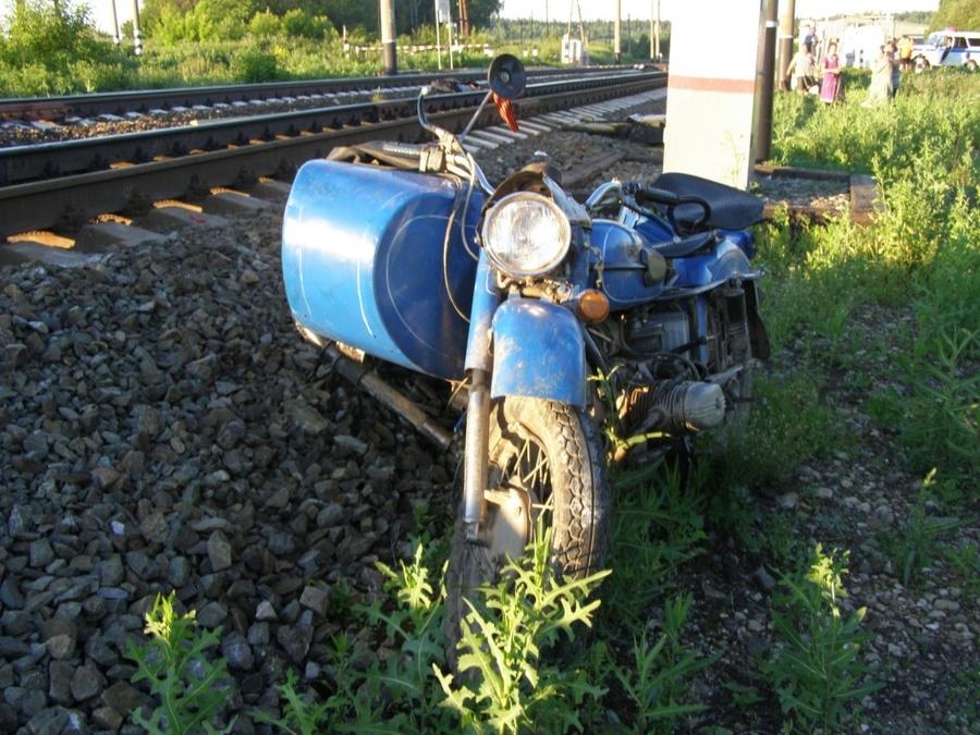 В Октябрьском районе мотоцикл столкнулся с поездом, мальчик погиб, четверо травмированы