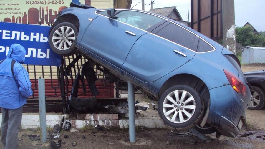 В Добрянском районе Опель Астра оседлал забор