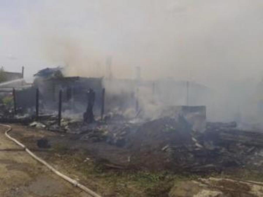 В Пермском крае сгорел жилой дом с надворными постройками - фото 1