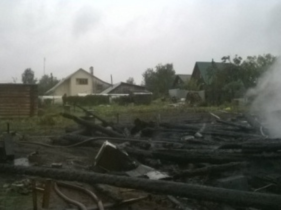 В дачном массиве под Пермью сгорело 2-этажное строение - фото 1