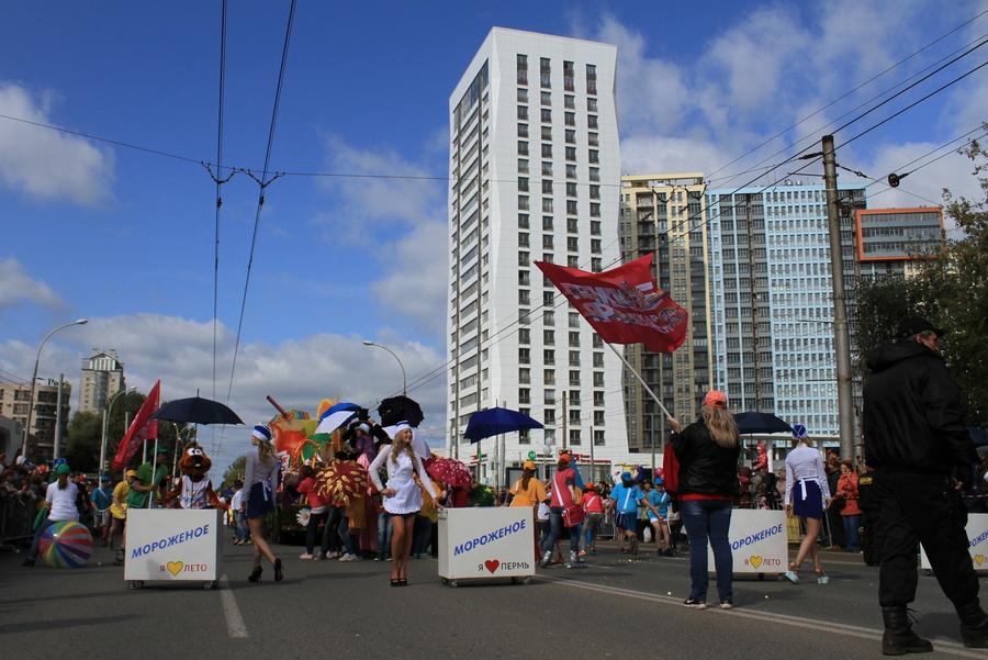 В Перми прошло карнавальное шествие «Пермское яркое»