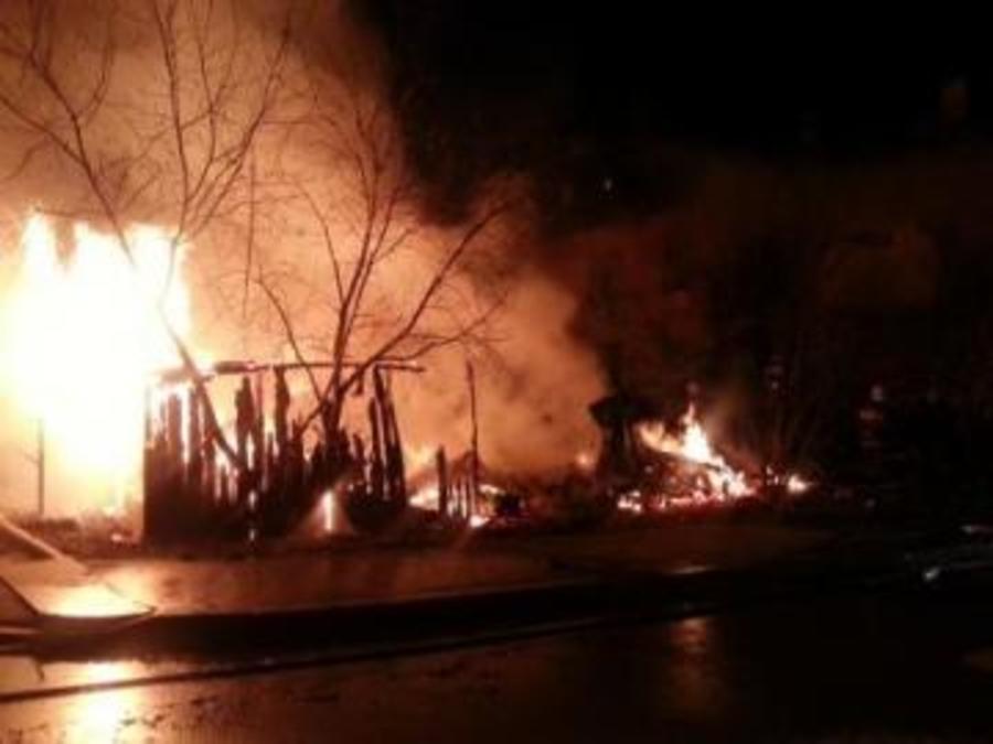 В Добрянском районе сегодня сгорели две дачи с постройками, погиб человек - фото 1