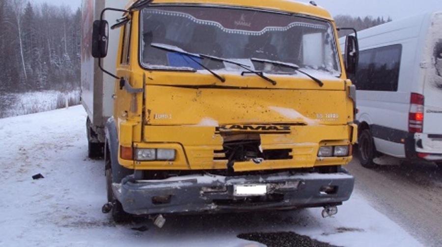 На трассе Полазна-Чусовой водитель ВАЗа столкнулся с тремя грузовиками