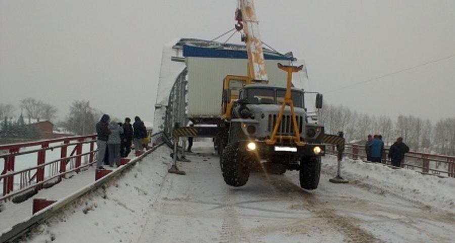 Сегодня на мосту в Кунгуре водитель КРАЗа уронил тяжеловесный груз