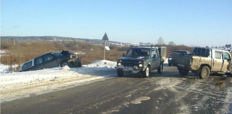 В Пермском районе в столкновении Ниссана и Форда пострадали три человека