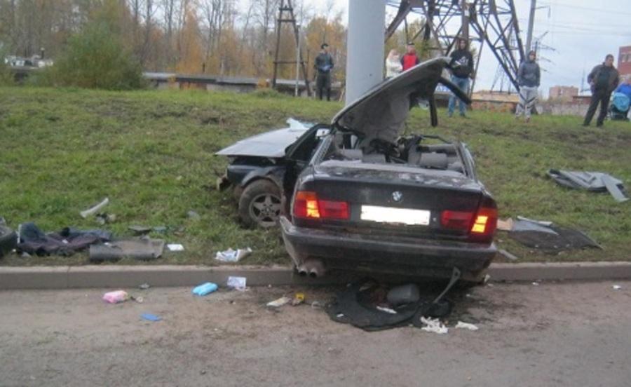 В Перми БМВ врезалась в столб, погибли женщина и водитель - фото 1