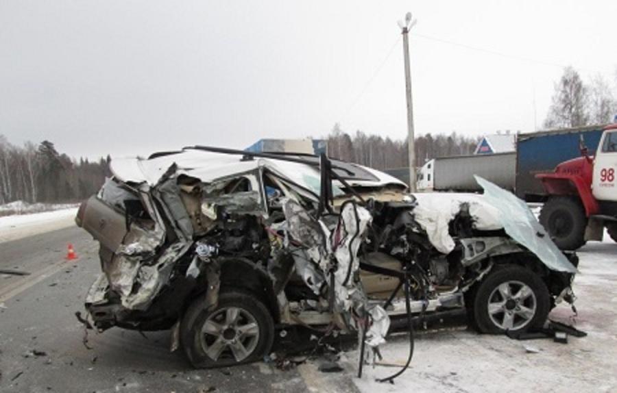 На трассе Пермь – Екатеринбург Ландкрузер подбил два грузовика - фото 1
