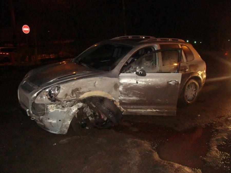В Перми Порше Кайенн врезался в скорую помощь, водитель сбежал