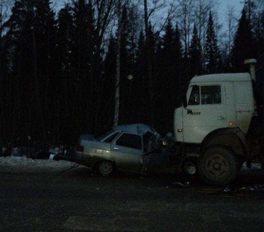 Сегодня в Пермском крае в столкновении ВАЗа с КАМАЗом погибли три человека - фото 1