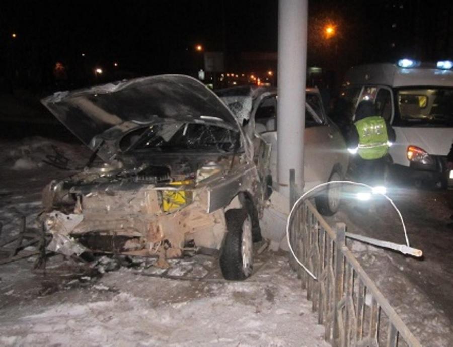 В Перми в микрорайоне Садовый водитель ВАЗа врезался в столб - фото 1