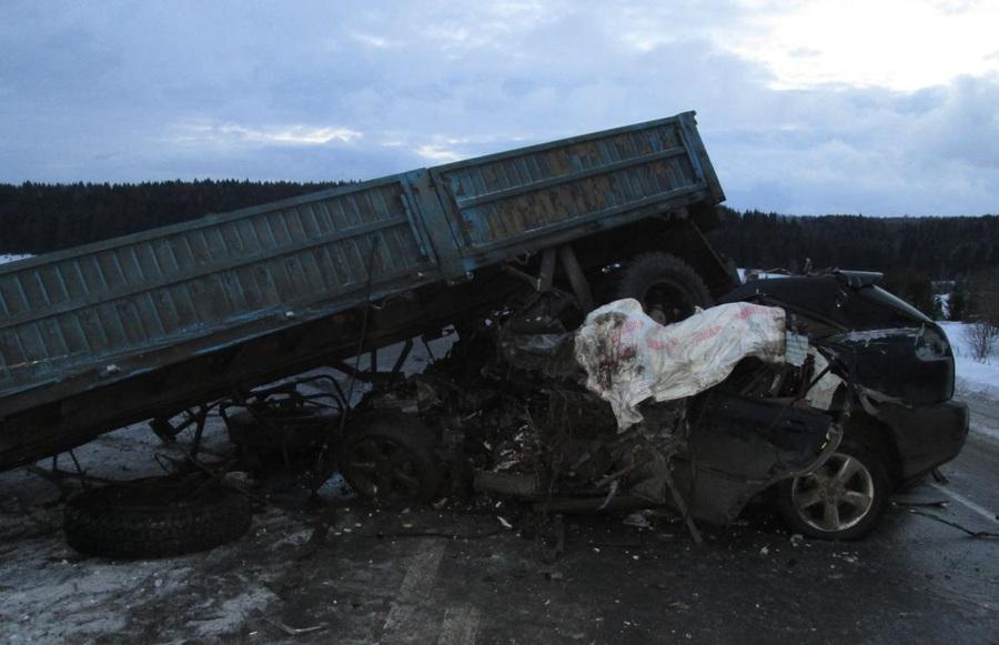 Сегодня в Пермском крае в столкновении Лексуса с КАМАЗом погибли два человека