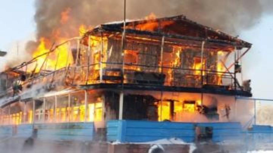 В Перми пожарные ликвидировали горение двухпалубной пристани - фото 1