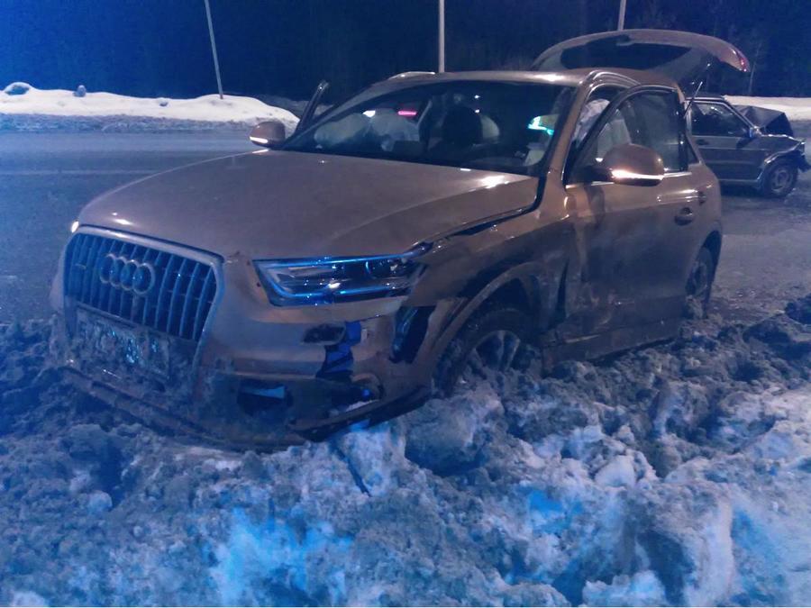 В Перми в столкновении с Ауди водителю ВАЗа выбило зубы - фото 1