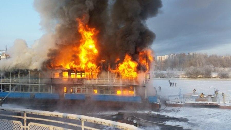 В Перми продолжается тушение пожара на двухпалубной пристани - фото 1