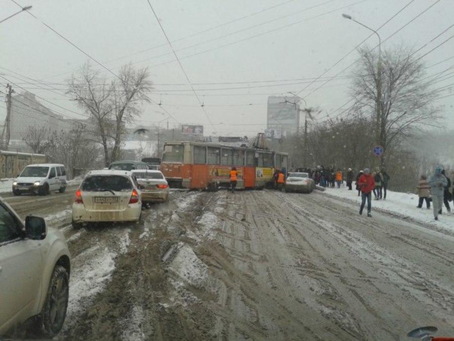 В Перми сошедший с рельсов трамвай подбил три автомобиля
