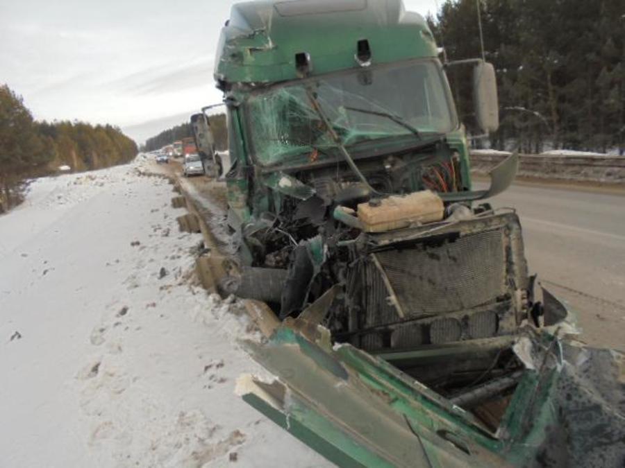 На трассе Пермь - Екатеринбург столкнулись два большегрузных грузовика - фото 1